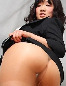 Yuuri Hozumi shows hot ass in stockings in naughty position